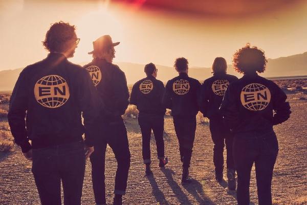 [Clip of the Week] – 'Everything Now' è il singolo che fa entrare in punta di piedi nell'atmosfera del nuovo album degli Arcade Fire
